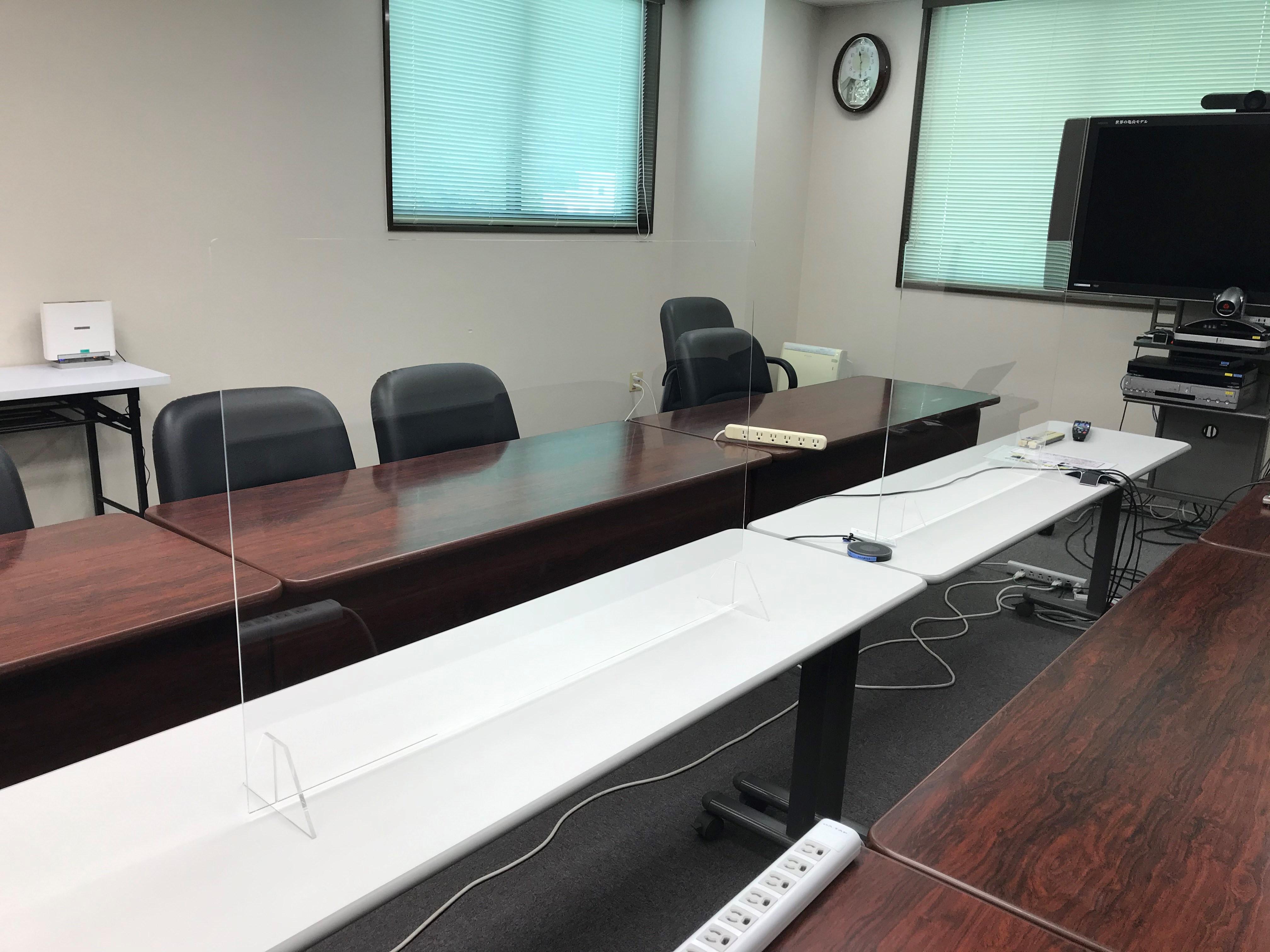 アクリル板を設置した会議室